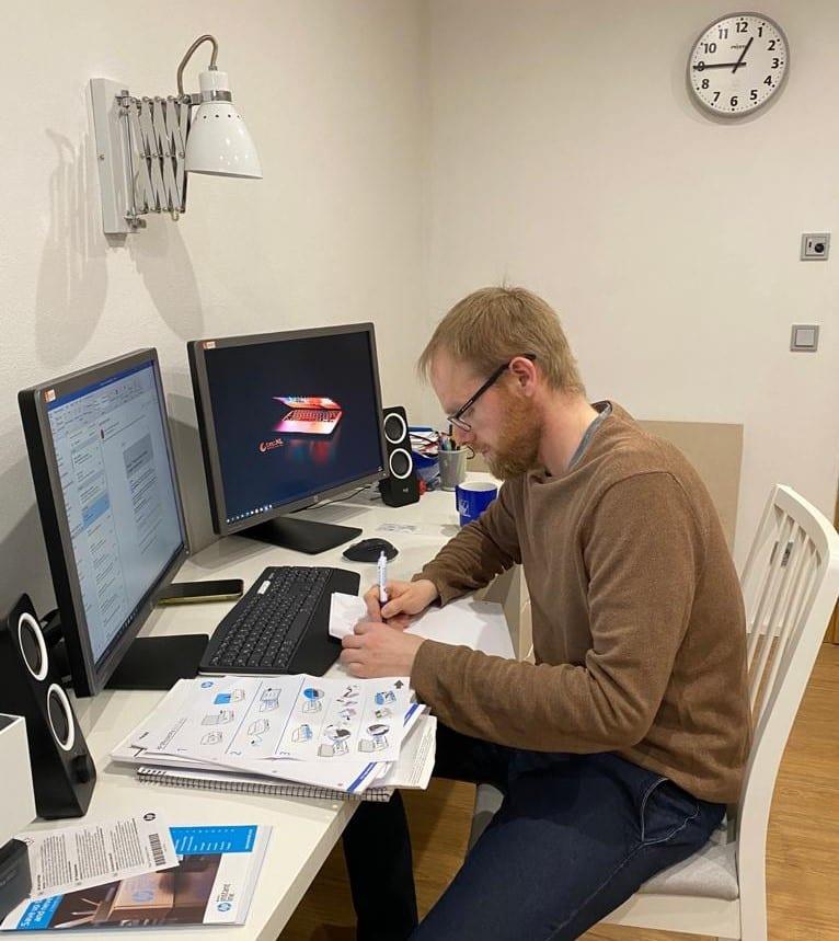 PC Arbeitsplattz mit Bürokraft