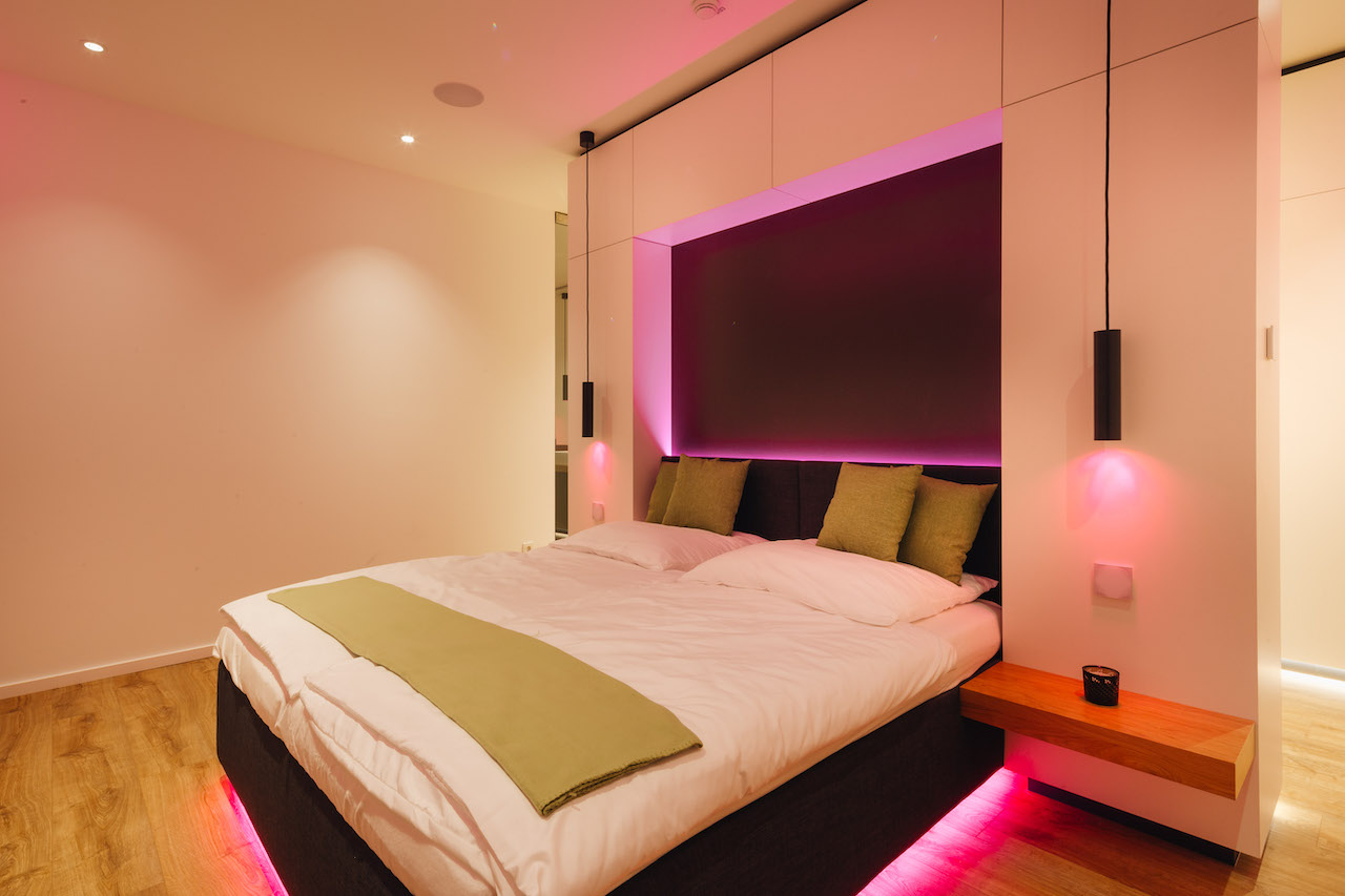 Loxone Schlafzimmer Doppelbett Licht in der Farbe Orange