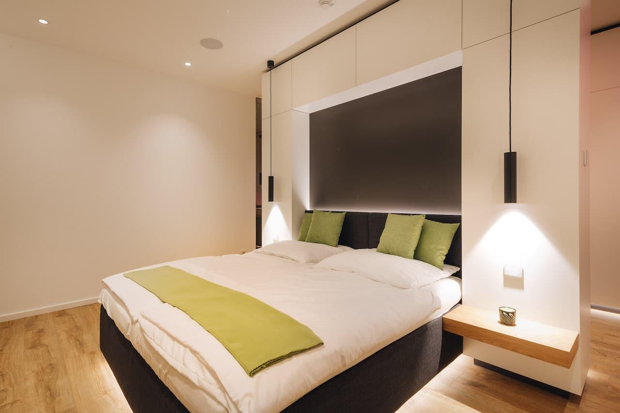Loxone Schlafzimmer Doppelbett Licht in der Farbe Weiß
