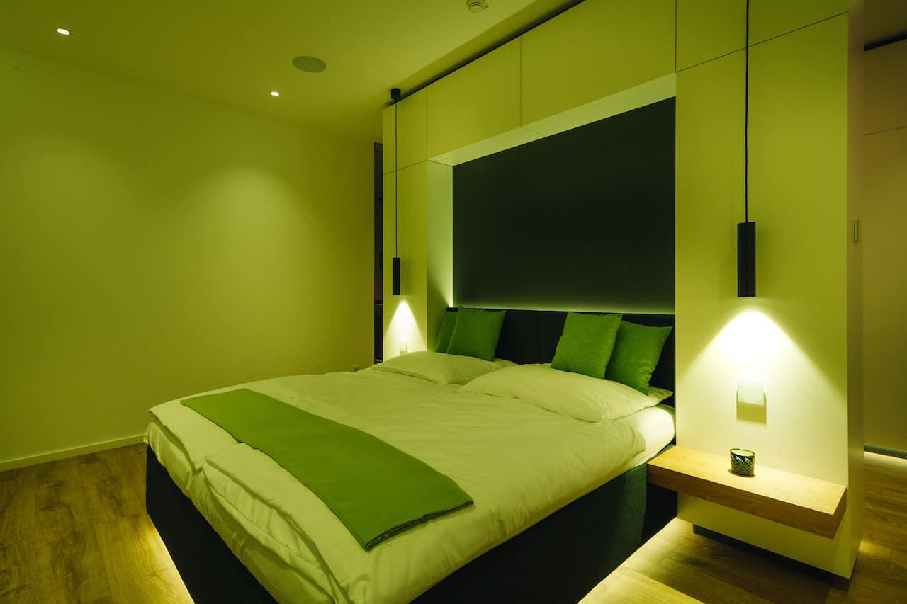 Loxone Schlafzimmer Doppelbett Licht in der Farbe Grün