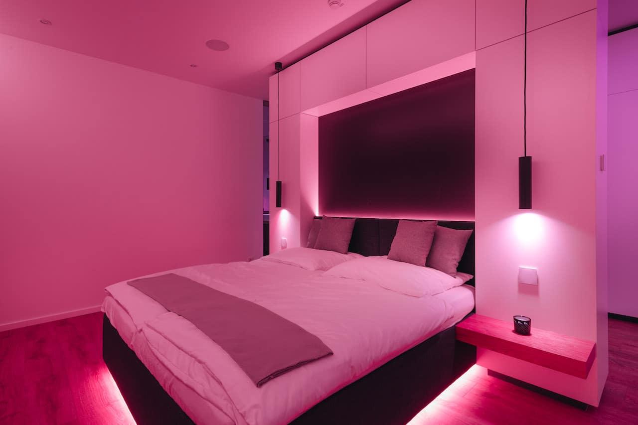 Loxone Schlafzimmer Doppelbett Licht in der Farbe Pink