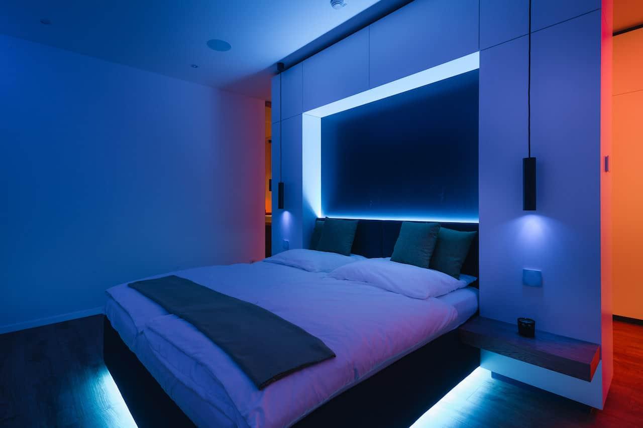 Loxone Schlafzimmer Doppelbett Licht in der Farbe Blau