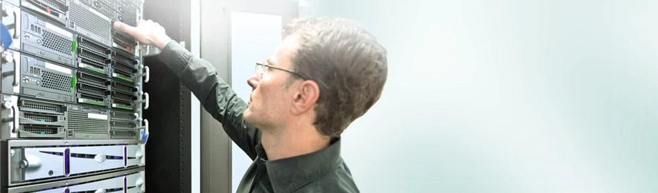 Fachkraft führt Wartung und Inspektion einer Lichtrufanlage aus